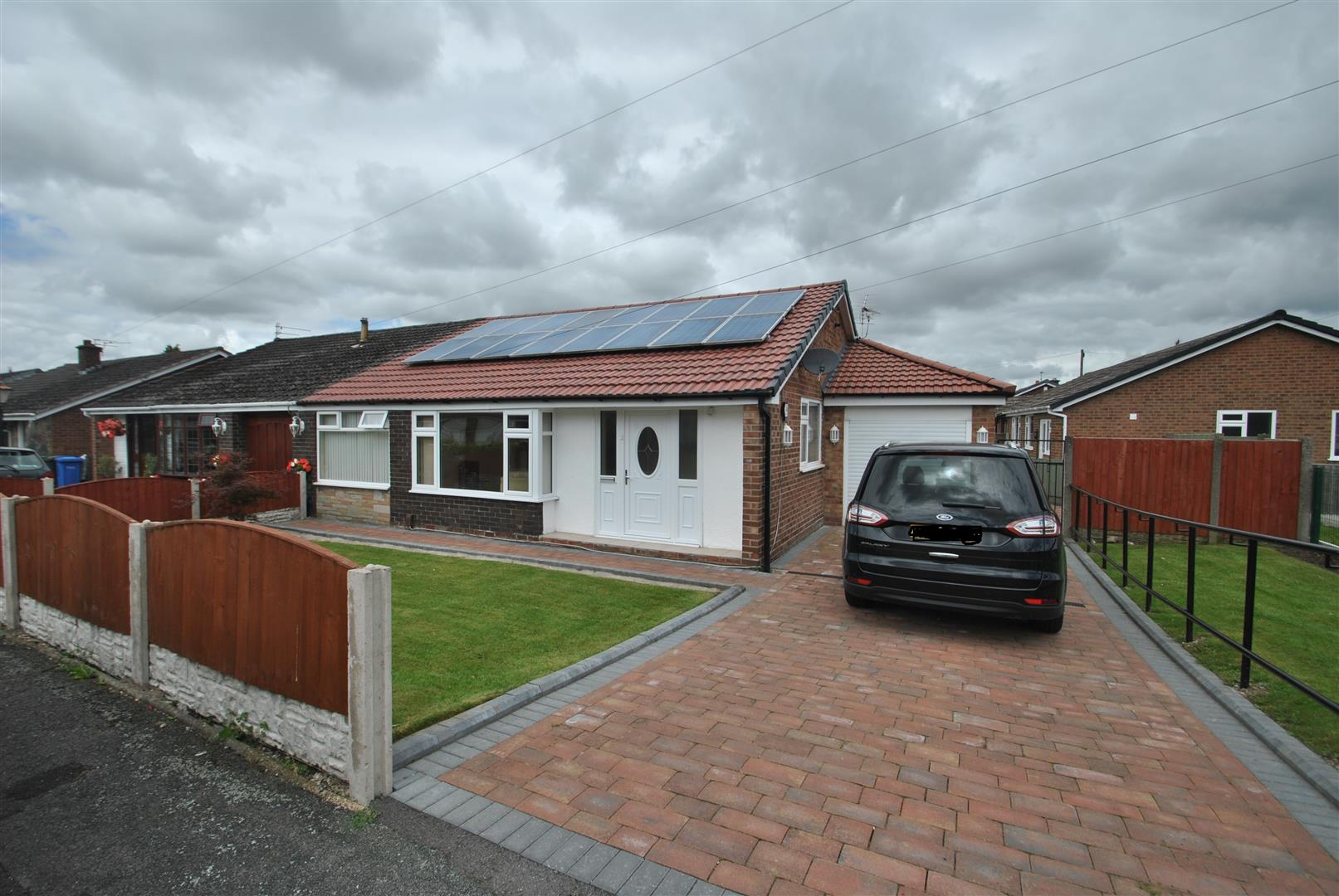 3 Bedrooms Bungalow for sale in Winfrith Road, FEARNHEAD, Warrington, WA2